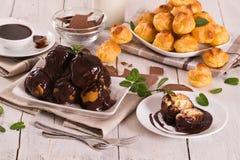 Profiteroles do chocolate imagens de stock royalty free