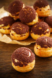 Profiteroles do chocolate com krokantom foto de stock royalty free