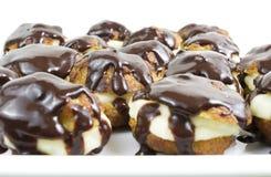 Profiteroles met chocolade Stock Afbeelding