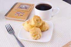 Profiteroles mit Kaffee stockbild