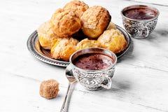 Profiteroles och varm choklad Royaltyfri Fotografi