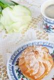 Profiteroles, rosafarben und Kaffee lizenzfreies stockfoto