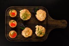 Profiteroles sabrosos con diversos tipos de rellenos Tortas saladas para los bocados Mini bocadillos, canapes con las verduras, c foto de archivo libre de regalías