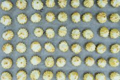 Profiteroles su un vassoio culinario in un negozio della confetteria fotografie stock libere da diritti
