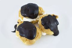 Profiterols isolou-se no fundo branco fotos de stock royalty free