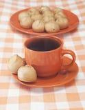 Profitroles и чашек чаю Стоковые Фотографии RF
