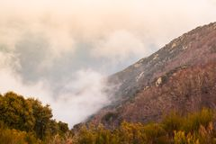 Profondità della valle coperta dalle nuvole fotografia stock libera da diritti
