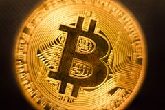 Profondità di campo bassa dof del primo piano della moneta di oro di Bitcoin fotografia stock