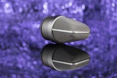 Profoseional mikrofon i unfocused bakgrund mic Arkivfoto