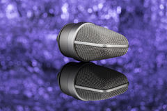 Profoseional mikrofon w unfocused tle łyszczyk zdjęcie stock