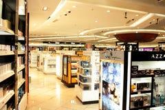 Profumi su visualizzazione e sulla vendita all'aeroporto Delhi di IGI Immagini Stock