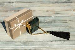 Profumo in bella bottiglia verde con la scatola di regalo e della catena dorata Fotografie Stock Libere da Diritti