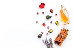 Profumo con fragranza fruttata, floreale, piccante luminosa Ingredienti per profumo Bottiglia di profumo vicino ai fiori asciutti fotografie stock