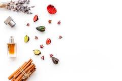 Profumo con fragranza fruttata, floreale, piccante luminosa Ingredienti per profumo Bottiglia di profumo vicino ai fiori asciutti fotografia stock libera da diritti