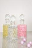 Profumo e fondo aromatico di bianco delle bottiglie di oli fotografia stock libera da diritti
