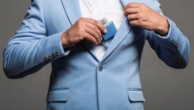 Profumo maschile, uomo barbuto in un vestito Bottiglia di Colonia o del profumo e profumeria, cosmetici, bottiglia di Colonia del immagini stock libere da diritti