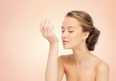 Profumo odorante della donna dal polso della sua mano fotografie stock