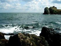 Profundamente - água verde do Mar Negro e das rochas Imagem de Stock