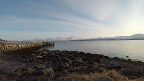 Profundamente abra el paisaje del fiordo con la cordillera nevosa poderosa en el fondo almacen de video