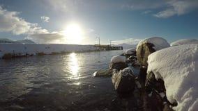 Profundamente abra el paisaje del fiordo con la cordillera nevosa poderosa en el fondo almacen de metraje de vídeo