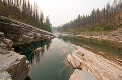 Profundamente - associação verde da água imóvel no desfiladeiro da angra do prado na área de Bob Marshall Wilderness em Montana E fotografia de stock