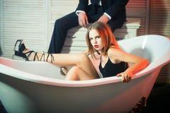 Profundamente no amor Pares da forma junto em casa Rosa vermelha Data de pares bonitos Homem e mulher da forma no banho imagens de stock
