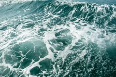 Profundamente - onda de oceano verde com montanha e céu fotos de stock