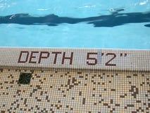 Profundidad: 5 pies 2, piscina del azul? Imagen de archivo