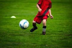 Profundidad del partido del entrenamiento del fútbol de los niños del campo Foto de archivo libre de regalías