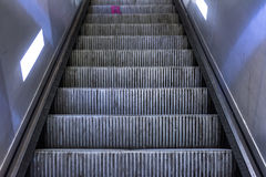 Profundidad sucia del primer de los pasos de escalera móvil del metal de la suciedad de la máquina del campo Imagenes de archivo