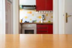 Profundidad vacía de la tabla de cocina de la superficie Cooki borroso del campo Imagen de archivo libre de regalías