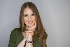 Profundidade da mulher de campo limitada de sorriso loura bonita fotos de stock royalty free