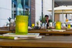 A profundidade da tabela do restaurante da vela do vidro verde do dia do campo excede imagens de stock royalty free
