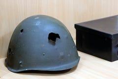 Profundidade de campo rasa Capacete do ` s do soldado de um guerreiro da URSS com buracos de bala dos tempos da grande guerra pat foto de stock royalty free