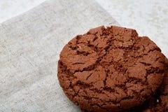 Profundidade rasa do close up da imagem do campo de cookies recentemente cozidas dos pedaços de chocolate no guardanapo de serapi Imagem de Stock Royalty Free