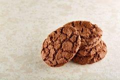 Profundidade rasa do close up da imagem do campo de cookies recentemente cozidas dos pedaços de chocolate no guardanapo de serapi Imagem de Stock