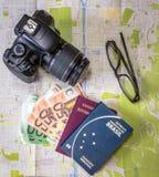 Progettando i passaporti brasiliani ed italiani di un viaggio - sulla città tracci con i soldi, la macchina fotografica ed i vetr Fotografia Stock Libera da Diritti