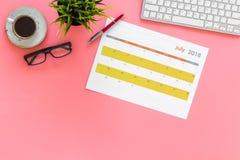 Progettando sul lavoro Pianificazione di strategia Concetto di sviluppo di affari Definisca gli obiettivi Calendario sulla vista  immagini stock libere da diritti