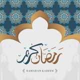 Progettazione accogliente del kareem del Ramadan con il modello decorativo del fondo dell'ornamento arabo di calligrafia royalty illustrazione gratis