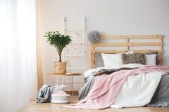 Progettazione accogliente della camera da letto fotografia stock