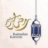 Progettazione accogliente di Ramadan Kareem con la calligrafia araba e lo stile elegante dell'annata islamica della lanterna illustrazione di stock