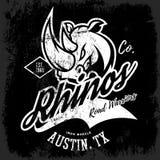 Progettazione americana d'annata di vettore della stampa del T del club dei motociclisti di rinoceronte isolata su fondo scuro Immagini Stock Libere da Diritti