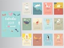Progettazione animale sveglia del calendario 2019, l'anno dei modelli mensili delle carte del maiale, un insieme di 12 mesi, bamb illustrazione di stock