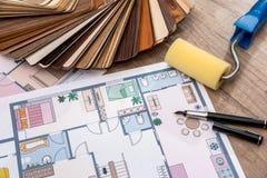 Progettazione architettonica della casa con gli strumenti ed il catalogo della mobilia Fotografie Stock Libere da Diritti