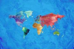 Progettazione artistica della mappa di mondo dell'acquerello su fondo blu immagine stock libera da diritti