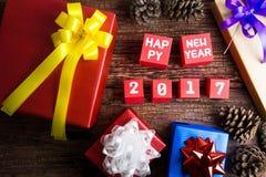 Progettazione attuale del contenitore di regalo avvolta in carta di colore con gli archi ed il Hap Fotografia Stock
