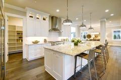 Progettazione bianca della cucina nella nuova casa lussuosa fotografia stock libera da diritti