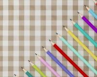Progettazione creativa dei pastelli, molte matite variopinte di disposizione del piano sul fa Fotografia Stock