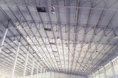 Progettazione d'acciaio e di alluminio del bello metallo del primo piano di struttura delle costruzioni della fabbrica e della co immagini stock