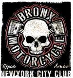 Progettazione d'annata della maglietta di Logo Emblem del motociclo del cranio royalty illustrazione gratis